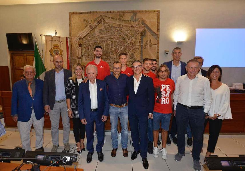 https://www.basketmarche.it/immagini_articoli/07-09-2018/serie-vuelle-pesaro-comune-aspes-gruppo-vitri-cocktail-vincente-pallacanestro-pesarese-600.jpg
