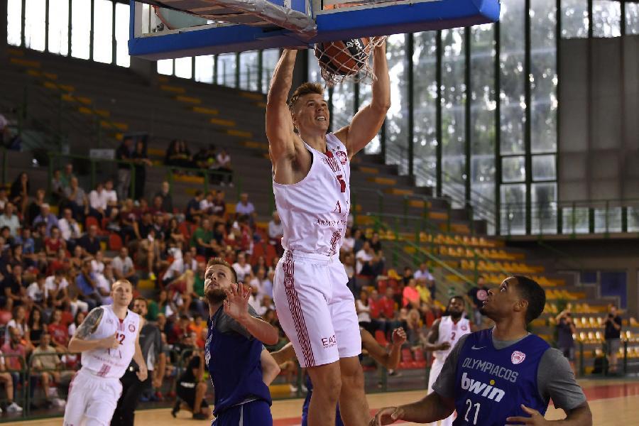 https://www.basketmarche.it/immagini_articoli/07-09-2019/trofeo-lovari-difesa-ancora-decisiva-olimpia-milano-supera-olympiacos-600.jpg