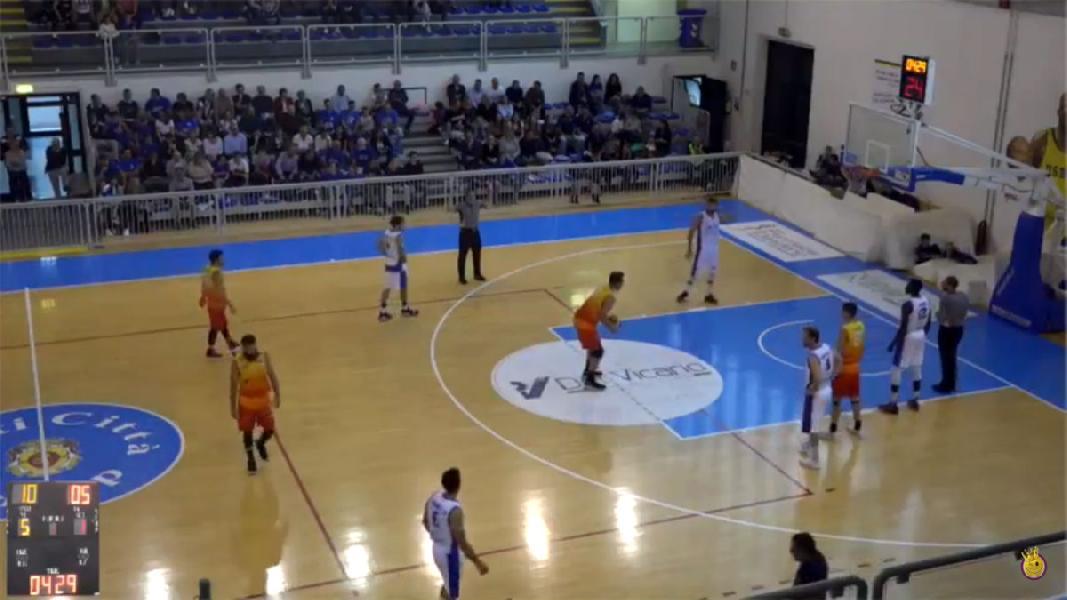 https://www.basketmarche.it/immagini_articoli/07-10-2018/janus-fabriano-soffre-fine-regola-combattivo-giulianova-basket-600.jpg