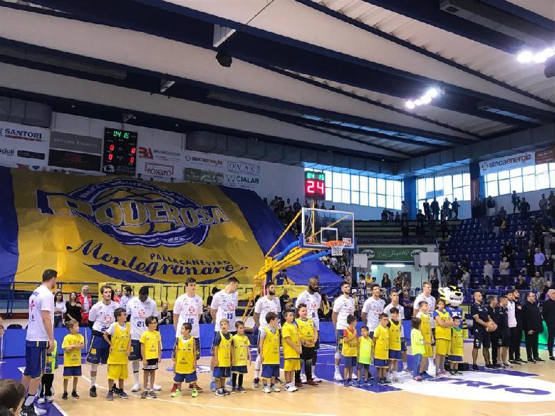 https://www.basketmarche.it/immagini_articoli/07-10-2018/poderosa-montegranaro-soffre-fine-aggiudica-derby-aurora-jesi-600.jpg