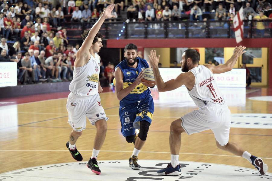 https://www.basketmarche.it/immagini_articoli/07-10-2019/poderosa-montegranaro-strappa-punti-campo-andrea-costa-imola-600.jpg