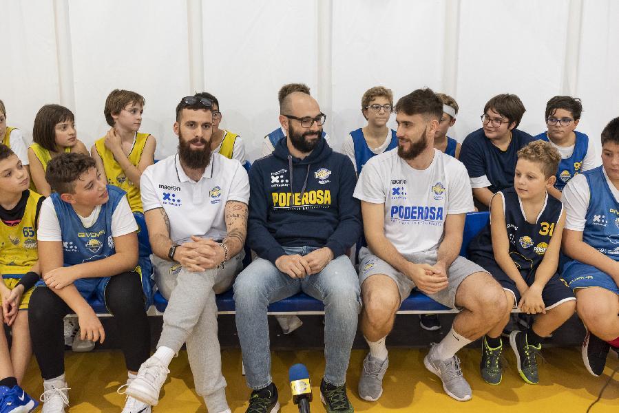 https://www.basketmarche.it/immagini_articoli/07-11-2019/blitz-martino-mastellari-davide-bonacini-allenamenti-scuola-basket-montegranaro-600.jpg