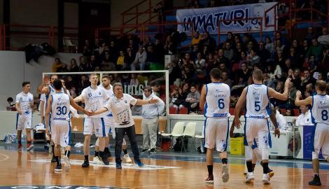https://www.basketmarche.it/immagini_articoli/07-12-2017/serie-b-nazionale-lo-janus-fabriano-conquista-due-punti-d-oro-contro-valdiceppo-270.jpg