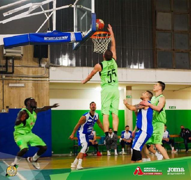 https://www.basketmarche.it/immagini_articoli/08-03-2021/basket-corato-lotta-basta-primi-punti-aggiudica-virtus-molfetta-600.jpg