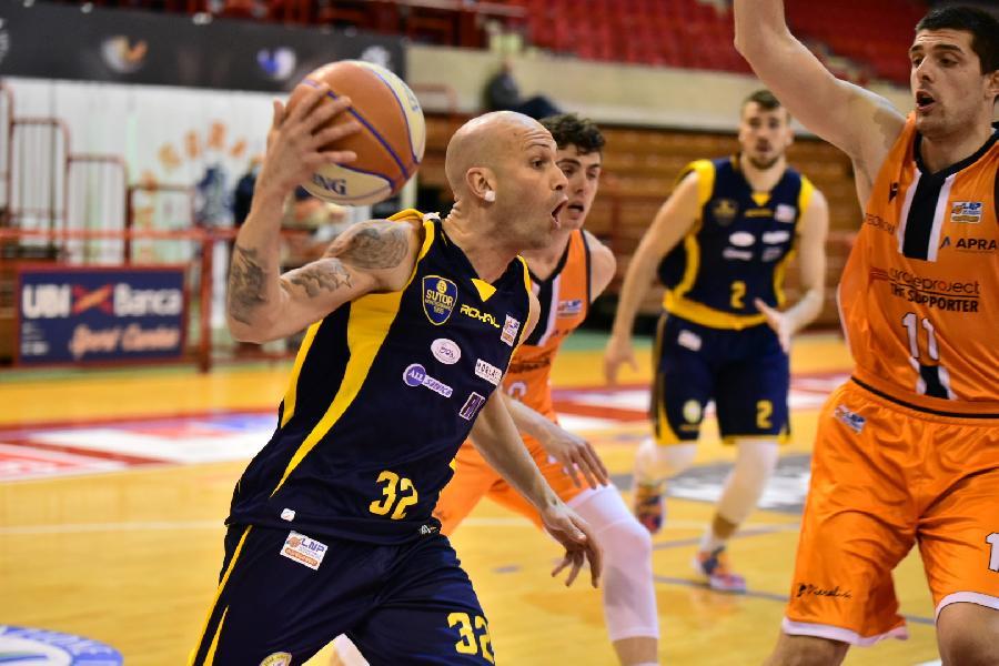 https://www.basketmarche.it/immagini_articoli/08-03-2021/brutta-sconfitta-sutor-montegranaro-campo-aurora-jesi-600.jpg