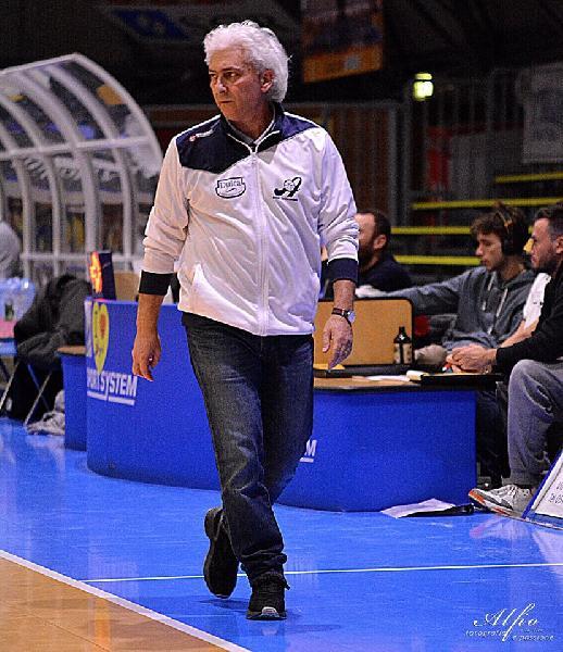 https://www.basketmarche.it/immagini_articoli/08-06-2020/ufficiale-separano-strade-santarcangelo-angels-coach-riccardo-badioli-600.jpg