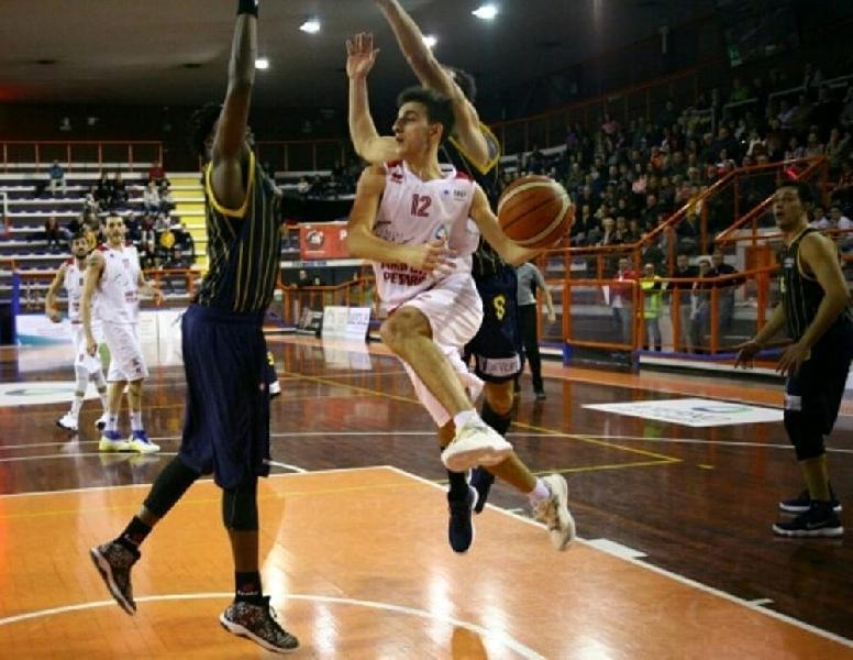 https://www.basketmarche.it/immagini_articoli/08-08-2019/avvicina-colpo-sutor-montegranaro-arrivo-play-michele-caverni-600.jpg