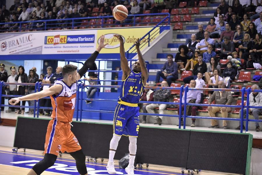 https://www.basketmarche.it/immagini_articoli/08-10-2018/poderosa-montegranaro-derby-parole-coach-pancotto-matteo-palermo-600.jpg