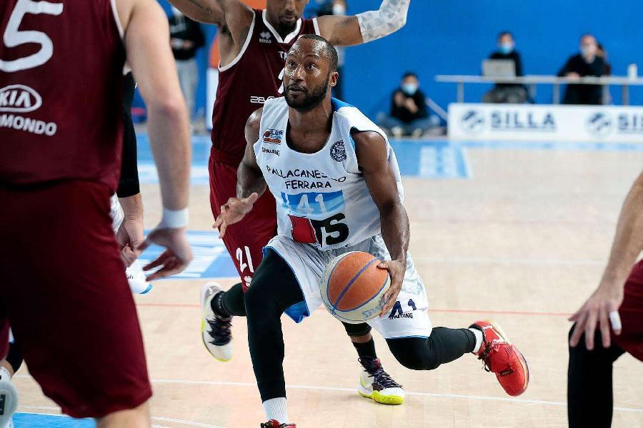 https://www.basketmarche.it/immagini_articoli/08-10-2021/ufficiale-kenny-hasbrouck-giocatore-pallacanestro-biella-600.jpg