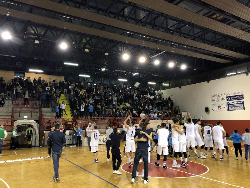 https://www.basketmarche.it/immagini_articoli/09-05-2019/gold-playoff-valdiceppo-basket-conquista-finale-chieti-battuta-supplementare-600.jpg