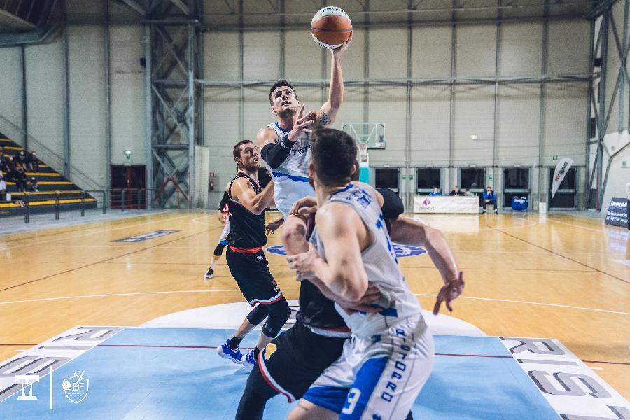https://www.basketmarche.it/immagini_articoli/09-05-2021/janus-fabriano-spegne-distanza-mani-vuote-monfalcone-600.jpg