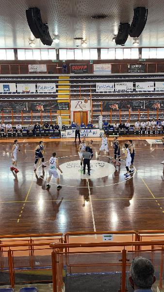 https://www.basketmarche.it/immagini_articoli/09-05-2021/pescara-basket-batte-bramante-pesaro-ribalta-differanza-canestri-600.jpg