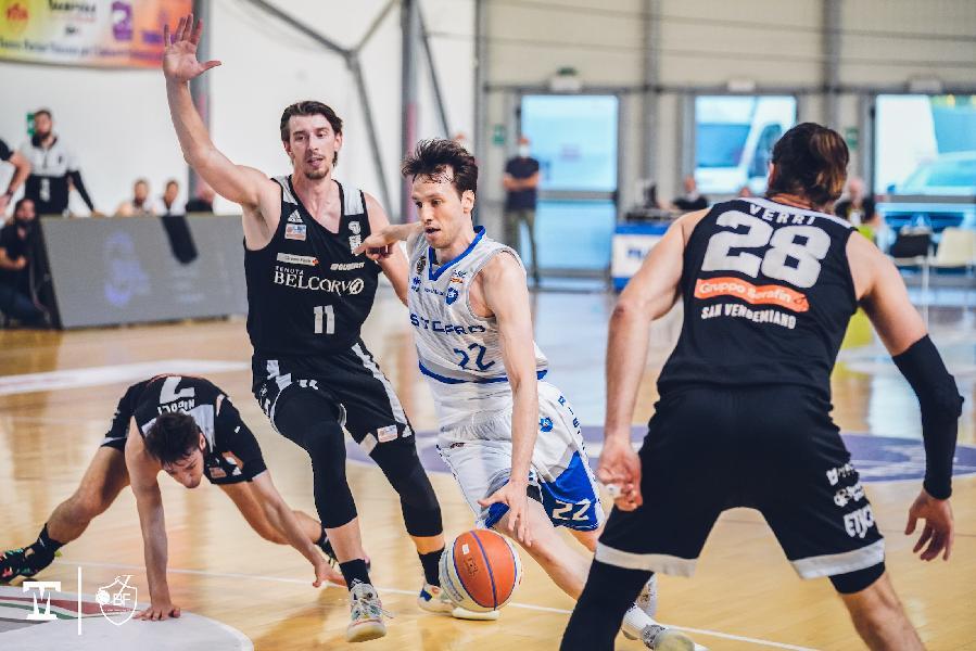 https://www.basketmarche.it/immagini_articoli/09-06-2021/playoff-epica-janus-fabriano-risale-batte-vendemiano-vola-finale-600.jpg