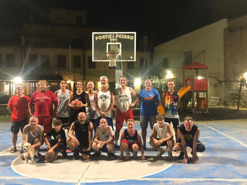 https://www.basketmarche.it/immagini_articoli/09-08-2021/agosto-2021-rinnovata-tradizione-partita-campetto-parrocchia-porto-pesaro-600.jpg