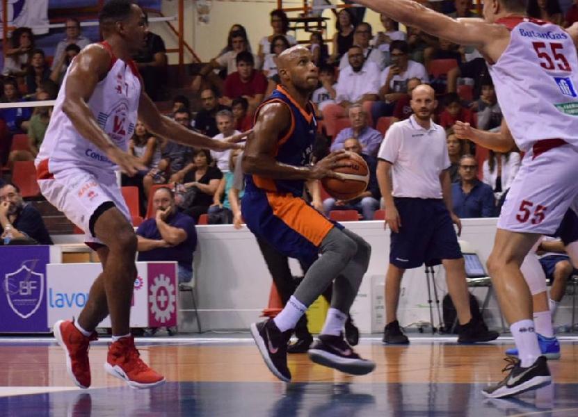 https://www.basketmarche.it/immagini_articoli/09-09-2018/trofeo-sima-giocano-finali-vuelle-pesaro-sfida-poderosa-montegranaro-vittoria-600.jpg