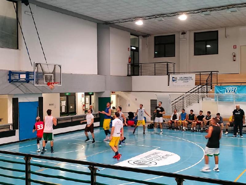 https://www.basketmarche.it/immagini_articoli/09-10-2021/polverigi-basket-aggiudica-amichevole-pietralacroce-600.jpg