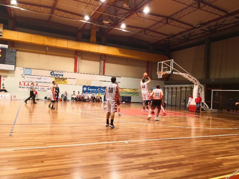 https://www.basketmarche.it/immagini_articoli/09-11-2019/basket-tolentino-viene-fuori-secondo-tempo-doma-basket-gualdo-600.jpg