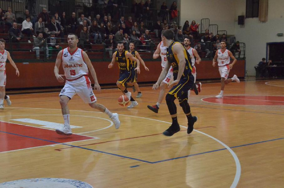 https://www.basketmarche.it/immagini_articoli/09-12-2018/recap-undicesimo-turno-lanciano-capolista-bene-sutor-pisaurum-chieti-colpo-isernia-600.jpg