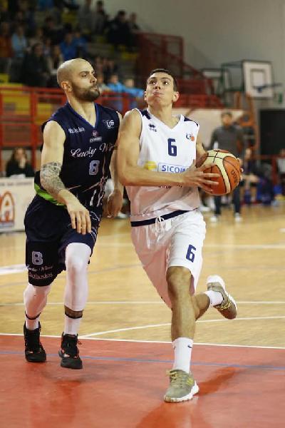 https://www.basketmarche.it/immagini_articoli/09-12-2019/valdiceppo-basket-sconfitta-derby-campo-lucky-wind-foligno-600.jpg