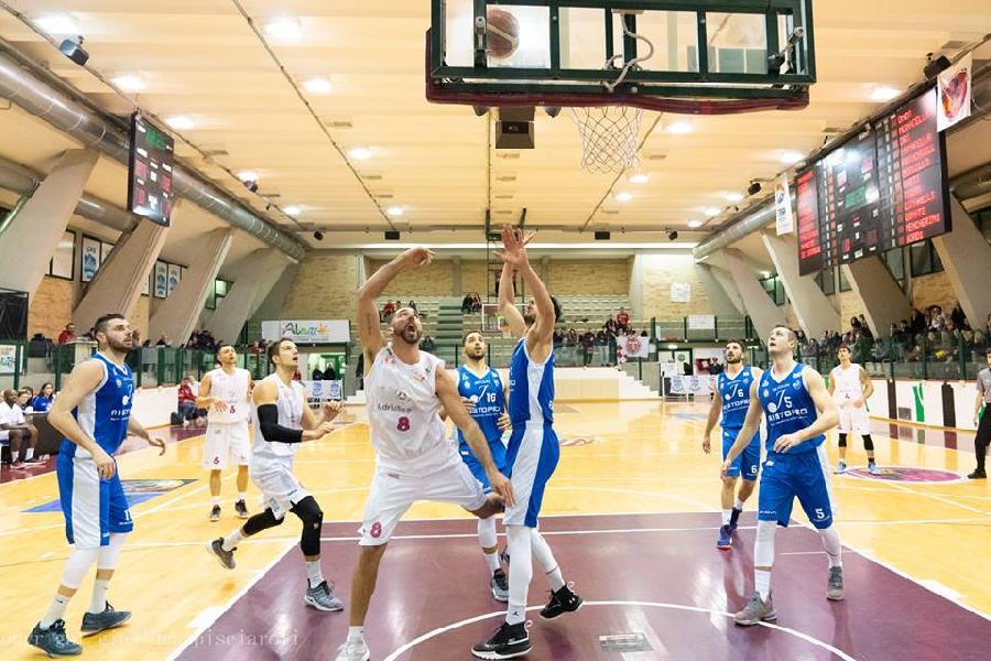 https://www.basketmarche.it/immagini_articoli/10-01-2019/cambia-ancora-campo-gioco-sfida-teramo-basket-luciana-mosconi-ancona-600.jpg
