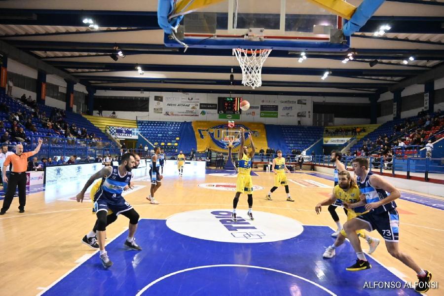 https://www.basketmarche.it/immagini_articoli/10-02-2020/poderosa-montegranaro-sconfitta-ferrara-ultima-decisione-arbitrale-grida-vendetta-600.jpg