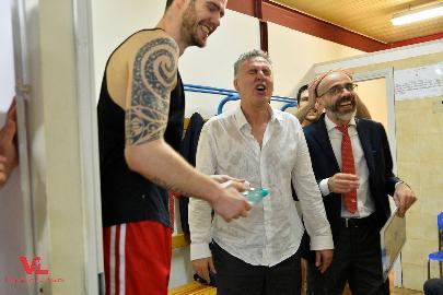 https://www.basketmarche.it/immagini_articoli/10-05-2018/serie-a-vuelle-pesaro-tutta-la-gioia-di-coach-galli-per-la-salvezza-270.jpg