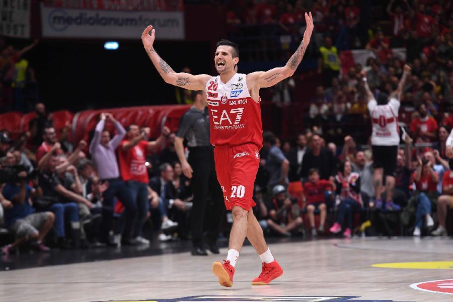 https://www.basketmarche.it/immagini_articoli/10-08-2021/olimpia-milano-saluta-ringrazia-capitan-andrea-cinciarini-600.jpg