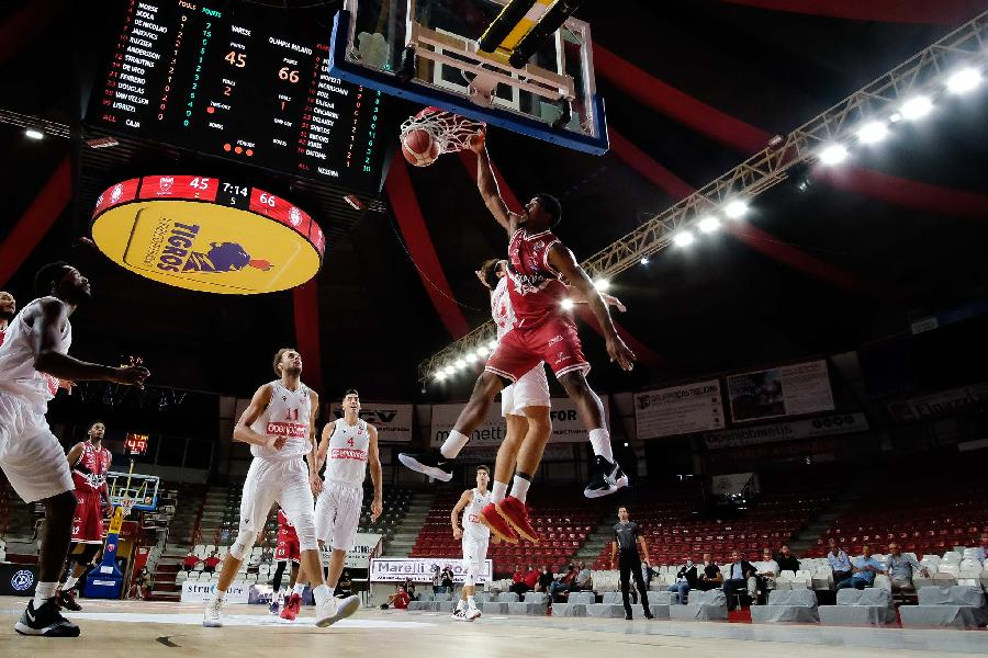 https://www.basketmarche.it/immagini_articoli/10-09-2020/olimpia-milano-sfida-varese-fare-percorso-netto-600.jpg