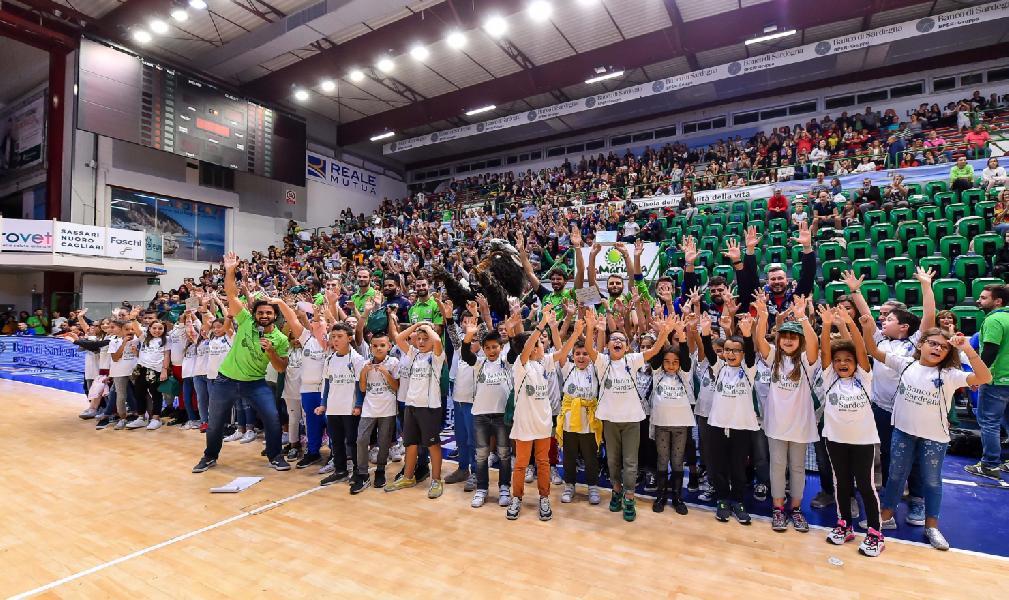https://www.basketmarche.it/immagini_articoli/10-10-2019/dinamo-sassari-basket-classe-giganti-marco-bazzoni-premiano-studenti-600.jpg