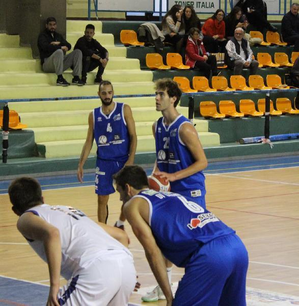 https://www.basketmarche.it/immagini_articoli/10-10-2021/pescara-basket-secondo-tempo-dimenticare-isernia-vince-esordio-600.jpg