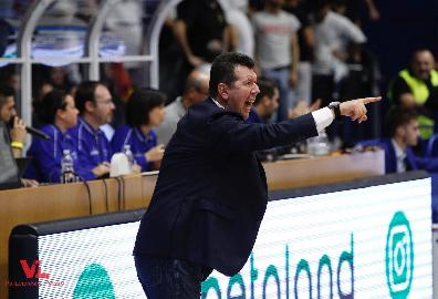https://www.basketmarche.it/immagini_articoli/10-11-2017/serie-a-vuelle-pesaro-new-basket-brindisi-coach-spiro-leka-sprona-i-suoi-270.jpg