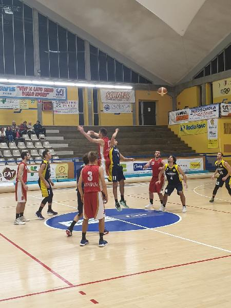https://www.basketmarche.it/immagini_articoli/10-11-2019/ottimo-elling-basta-basket-auximum-osimo-cade-campo-basket-fanum-600.jpg