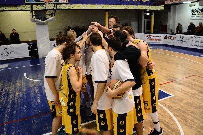 https://www.basketmarche.it/immagini_articoli/11-03-2018/serie-c-silver-il-supplementare-sorride-alla-sutor-montegranaro-terza-vittoria-consecutiva-per-i-gialloblu-270.jpg