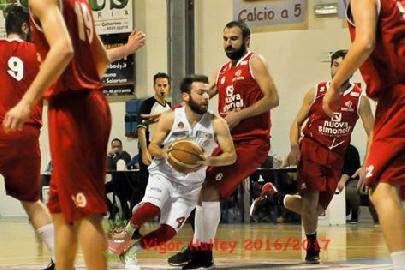 https://www.basketmarche.it/immagini_articoli/11-03-2018/serie-c-silver-video-la-vigor-matelica-espugna-pesaro-il-video-del-decisivo-canestro-di-elia-rossi-270.jpg
