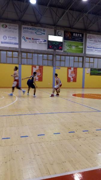 https://www.basketmarche.it/immagini_articoli/11-03-2019/sfortunata-sconfitta-basket-fanum-campo-basket-durante-urbania-600.jpg