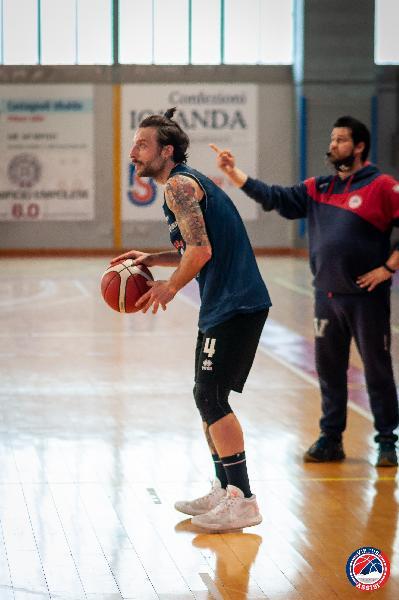https://www.basketmarche.it/immagini_articoli/11-04-2021/virtus-assisi-prosegue-allenamenti-massimo-semprevivo-voglia-tornare-campo-sogno-tornare-vincere-600.jpg