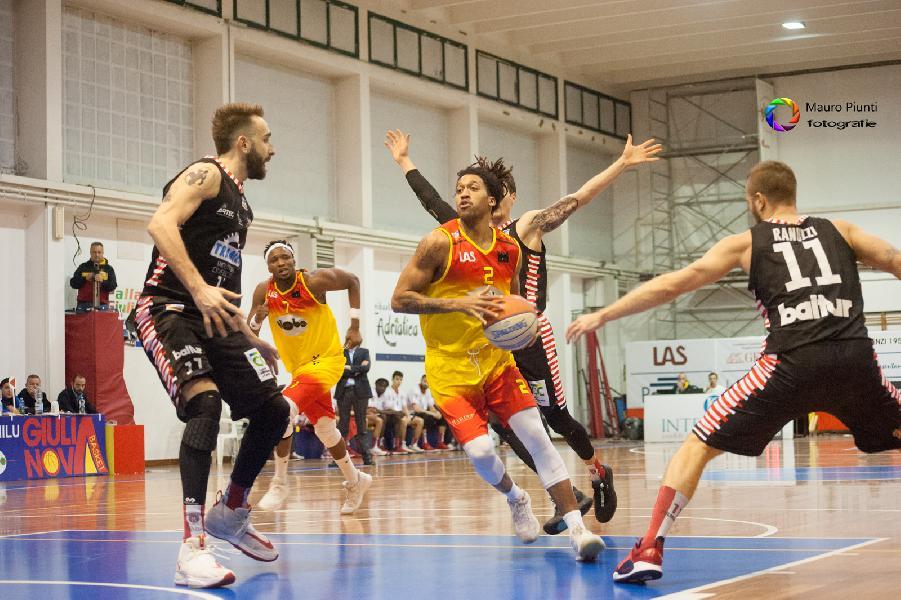 https://www.basketmarche.it/immagini_articoli/11-07-2020/tramarossa-vicenza-spesa-casa-giulianova-basket-vicini-shaquille-hidalgo-raphale-chiti-marcello-chiti-600.jpg