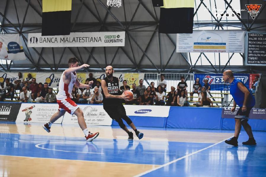 https://www.basketmarche.it/immagini_articoli/11-09-2019/tigers-cesena-espugnano-campo-flying-balls-ozzano-600.jpg