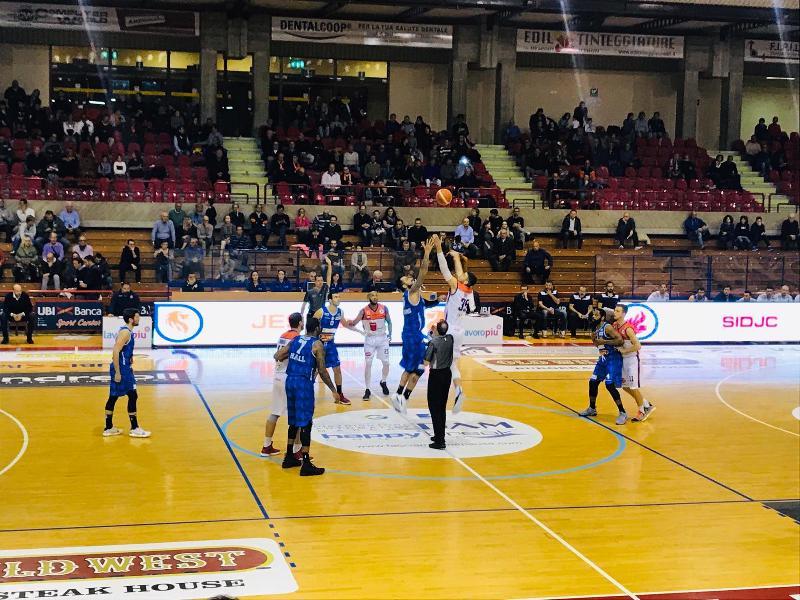 https://www.basketmarche.it/immagini_articoli/11-11-2018/pagelle-aurora-jesi-basket-ferrara-jones-panni-migliori-600.jpg