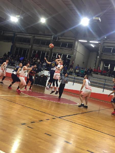 https://www.basketmarche.it/immagini_articoli/11-11-2018/virtus-assisi-vince-merito-derby-campo-basket-gualdo-600.jpg