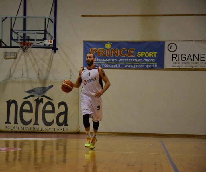 https://www.basketmarche.it/immagini_articoli/11-11-2019/esterno-civitanova-lorenzo-andreani-vicino-firma-sangiorgese-basket-600.jpg
