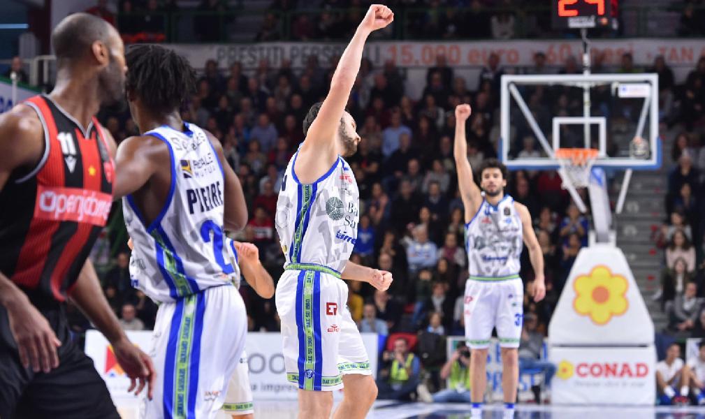https://www.basketmarche.it/immagini_articoli/12-01-2020/dinamo-sassari-supera-pallacanestro-varese-conquista-ottava-vittoria-consecutiva-600.jpg