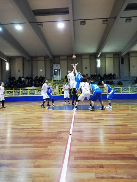 https://www.basketmarche.it/immagini_articoli/12-01-2020/magia-varriale-regala-basket-todi-match-montemarciano-600.jpg