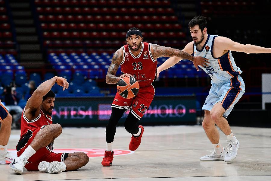 https://www.basketmarche.it/immagini_articoli/12-01-2021/euroleague-olimpia-milano-batte-valencia-ribalta-differenza-canestri-super-datome-600.jpg