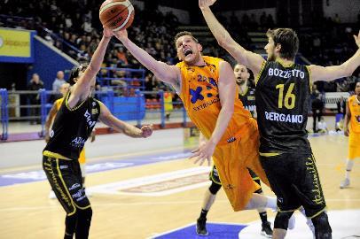 https://www.basketmarche.it/immagini_articoli/12-03-2018/serie-a2-la-peggiore-poderosa-montegranaro-della-stagione-cade-in-casa-contro-bergamo-270.jpg