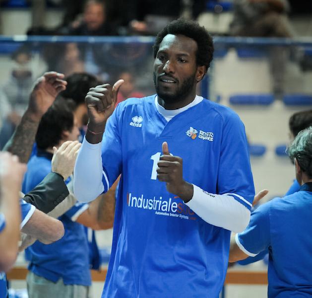 https://www.basketmarche.it/immagini_articoli/12-06-2020/lungo-pesaro-janus-fabriano-sylvere-bryan-firma-polisportiva-stella-rimini-600.png