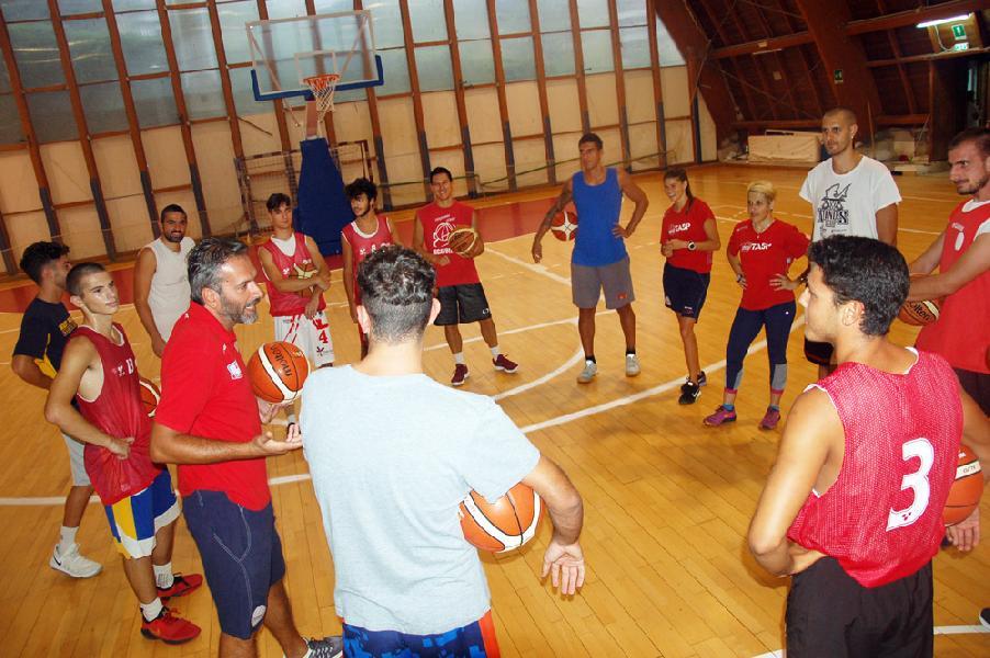 https://www.basketmarche.it/immagini_articoli/12-09-2018/serie-silver-teramo-spicchi-analisi-coach-stirpe-calendario-biancorossi-600.jpg