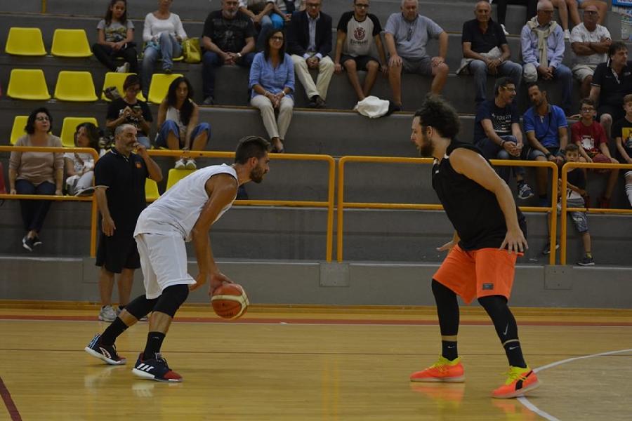 https://www.basketmarche.it/immagini_articoli/12-09-2019/sabato-settembre-memorial-giuliodori-robur-osimo-pallacanestro-recanati-600.jpg