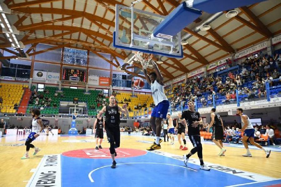 https://www.basketmarche.it/immagini_articoli/12-09-2021/happy-casa-brindisi-batte-nettamente-tartu-vince-memorial-pentassuglia-600.jpg