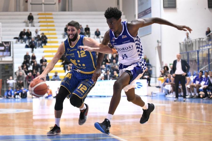 https://www.basketmarche.it/immagini_articoli/12-11-2018/poderosa-montegranaro-doma-resistenze-roseto-sharks-correre-600.jpg
